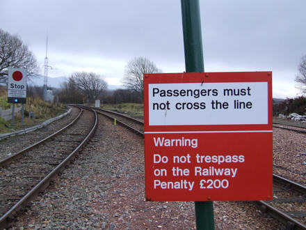 Passengers must not cross the line - Warning Do not tresspass on the Railway. Penalty £200