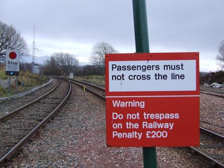 Passengers must not cross the line - Warning Do not tresspass on the Railway. Penalty £200